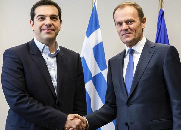 tusk e tsipras si stringono la mano a favore di obiettivo
