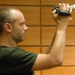 zoro con telecamera in mano di profilo