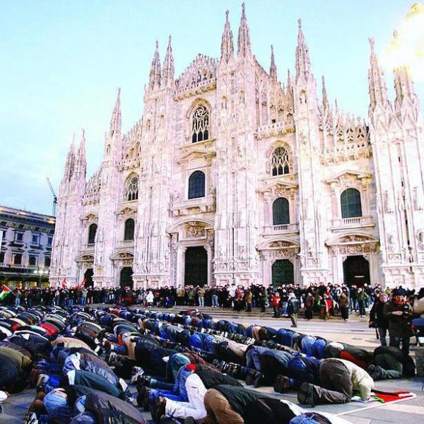 immagine di fedeli musulmani che pregano di fronte al duomo di milano