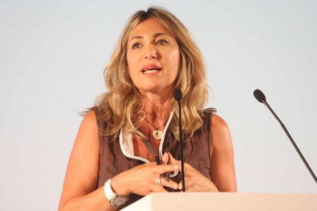 patrizia prestipino in primo piano mentre parla in una conferenza al microfono