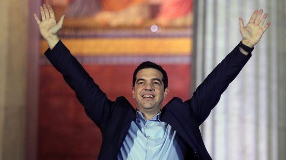 elezioni in Grecia tsipras esulta con braccia aperte