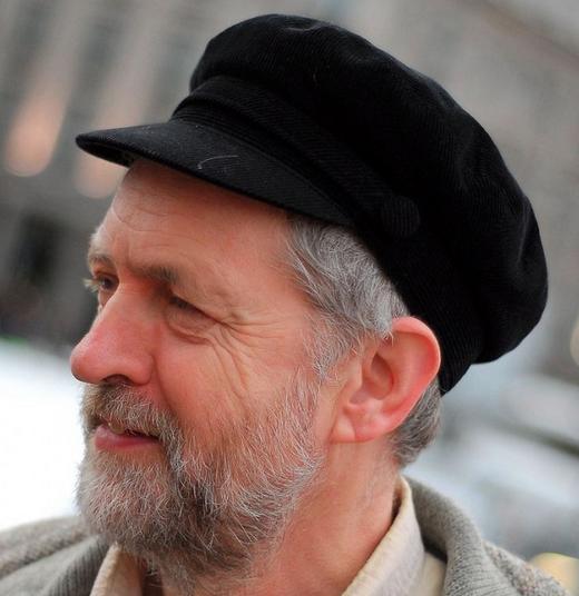 il leader laburista con giacca chiara e cappello scuro