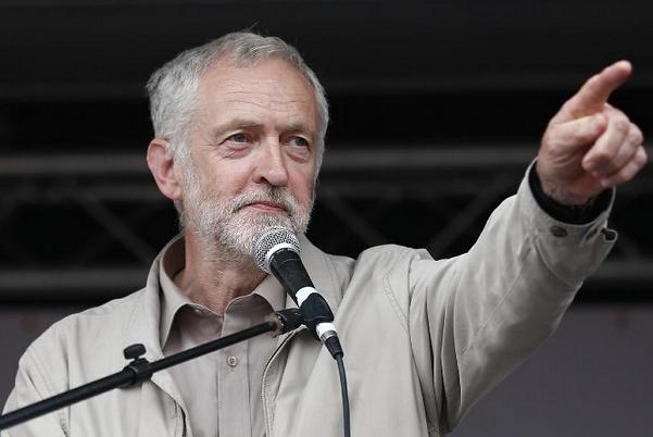 jeremy corbyn durante una pubblica manifestazione
