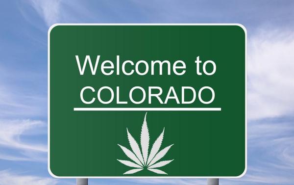 cannabis legale, cartello stradale verde con scritto Welcome to Colorado
