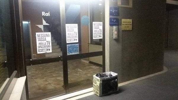 foto della sede regionale rai con il materiale di protesta di forza nuova