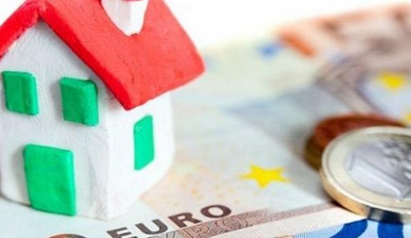 immagine di casa poggiata su una banconota