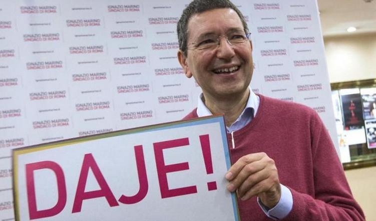 comunali a Roma, il sindaco di roma marino durante la campagna elettorale ed il cartello con la scritta daje
