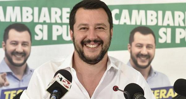 salvini in conferenza stampa sorridente e con la camicia bianca