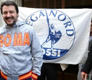 padania, salvini con la felpa con la scritta roma e dietro la bandiera della lega