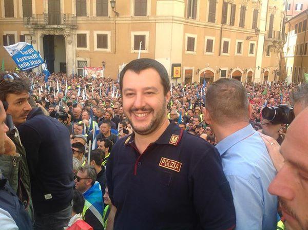 salvini sul palco montato in piazza montecitorio con la maglia con la scritta polizia
