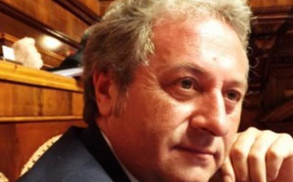 primo piano del senatore ex forza italia pietro iurlaro