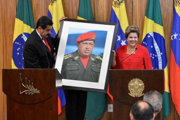 Elezioni Venezuela Nicolas Maduro e Dilma Rousseff con un quadro raffigurante Hugo Chavez