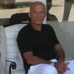 minzolini, forza italia, peculato condanna, il giornalista seduto ad una poltrona in pantaloni lunghi bianchi e t-shirt nera