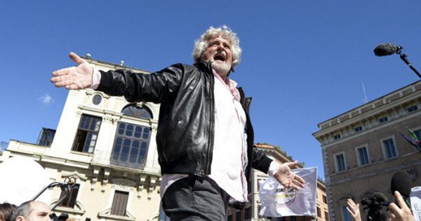 m5s, roma, grillo, il fondatore del m5s su un'automobile ferma al centro di una piazza della capitale