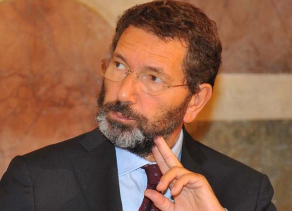 Comunali Roma, Marino, l'ex sindaco Ignazio Marino di profilo con barba e occhiali da vista a giorno