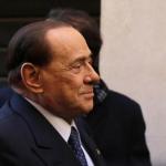 referendum costituzionale, Berlusconi, Lega, Forza Italia, il leader azzurro di profilo con giacca e cravatta