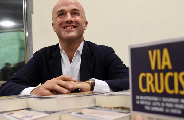 Nuzzi, Bertone, Vatileaks, la foto del giornalista gianluigi nuzzi con in primo piano il suo libro via crucis