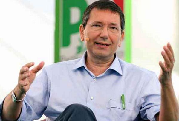 Pd, Roma, Marino, l'ex sindaco Ignazio Marino in camicia celeste con dietro il simbolo del Pd