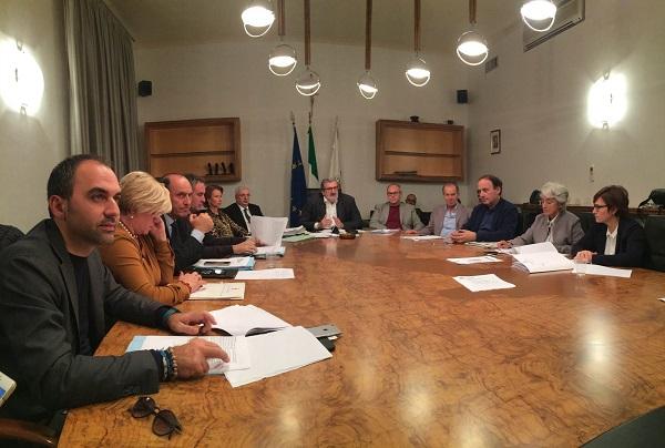 reddito di dignità, regione puglia, michele emiliano, foto della seduta di giunta regionale pugliese del 10 novembre 2015 alla presenza di tutti gli assessori