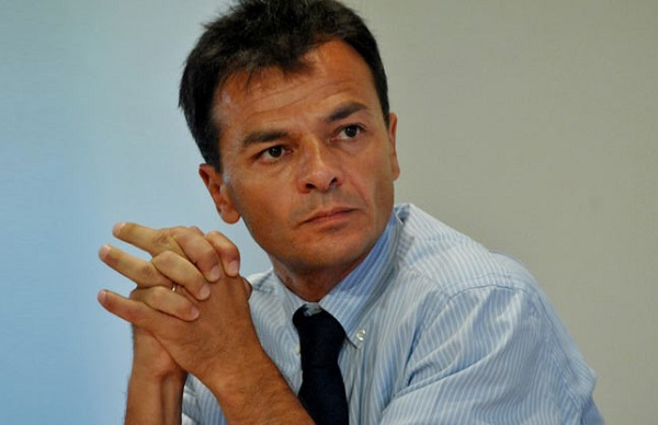 stefano fassina, sinistra italiana, pd, il deputato di sinistra in camicia celeste e cravatta scura con le mani nelle mani