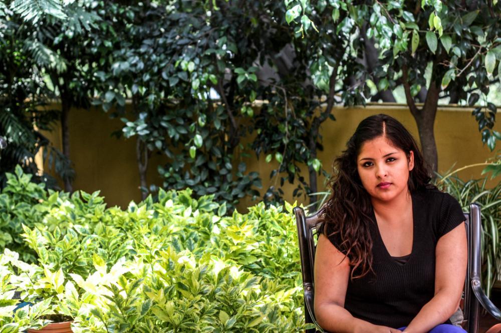 violenza messico, giovane seduta in giardino