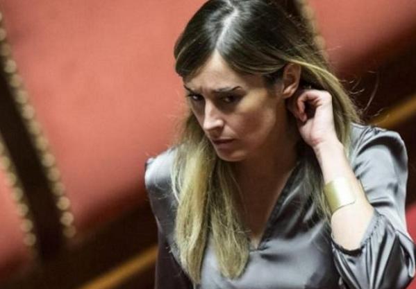 Antitrust, banche, Boschi, Di Battista, foto del ministro maria elena boschi con espressione corrucciata tra i banche del Parlamento
