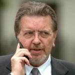 Penati, Pd, politica, Filippo Penati al telefono con giacca e cravatta