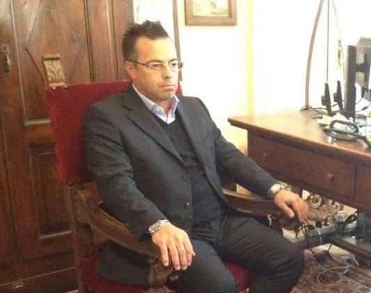 Buonanno, Lega, bidet, il sindaco di Borgosesia ed eurodeputato della Lega seduto su una poltrona nel corso di una intervista tv ad una emittente russa