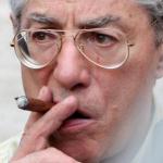 Bossi, Lega, Salvini, l'ex segretario e capo storico della lega con occhiali da vista a goccia e un sigaro in mano