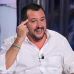 Salvini attacca Renzi, Putin, Russia, Le Pen, il segretario della Lega in camicia bianca col dito indice verso la sua tempia destra