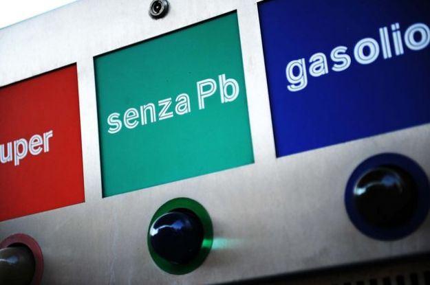 Prezzo benzina: quotazione Italia e Francia, dove costa di meno