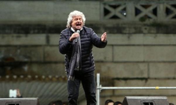 M5S, Beppe Grillo, il cofondatore del MoVimento con microfono in mano durante un suo intervento in piazza voto ai sedicenni