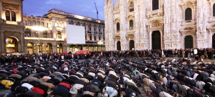 musulmani in Italia, preghiera in piazza Duomo