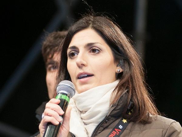 Movimento 5 Stelle, Virginia Raggi la candidata sindaco di Roma col microfono durante un incontro dei 5 Stelle