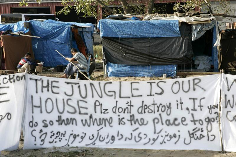 Calais: i profughi si cuciono la bocca per protesta