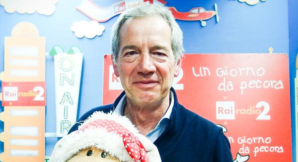 comunali Roma, sondaggi Roma, il candidato Guido Bertolaso col peluche mascotte di Un Giorno da Pecora