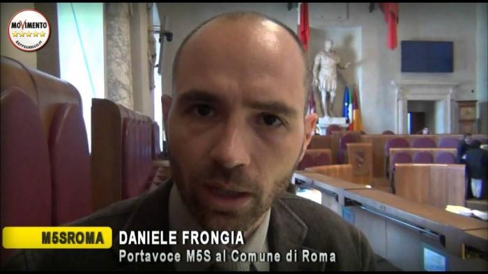 Daniele Frongia consigliere comunale del Movimento 5 Stelle nel comune di Roma seduto tra i banchi dell'assemblea capitolina