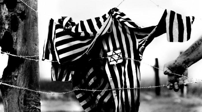 Vestito a righe con stella di David su filo spinato in un campo di concentramento descritto da Wiesel