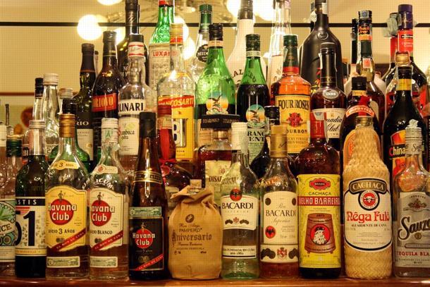 consumo di alcool, diverse bottiglie