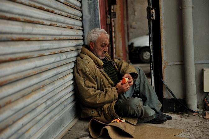 clochard senzatetto povero strada elemosina Gianti