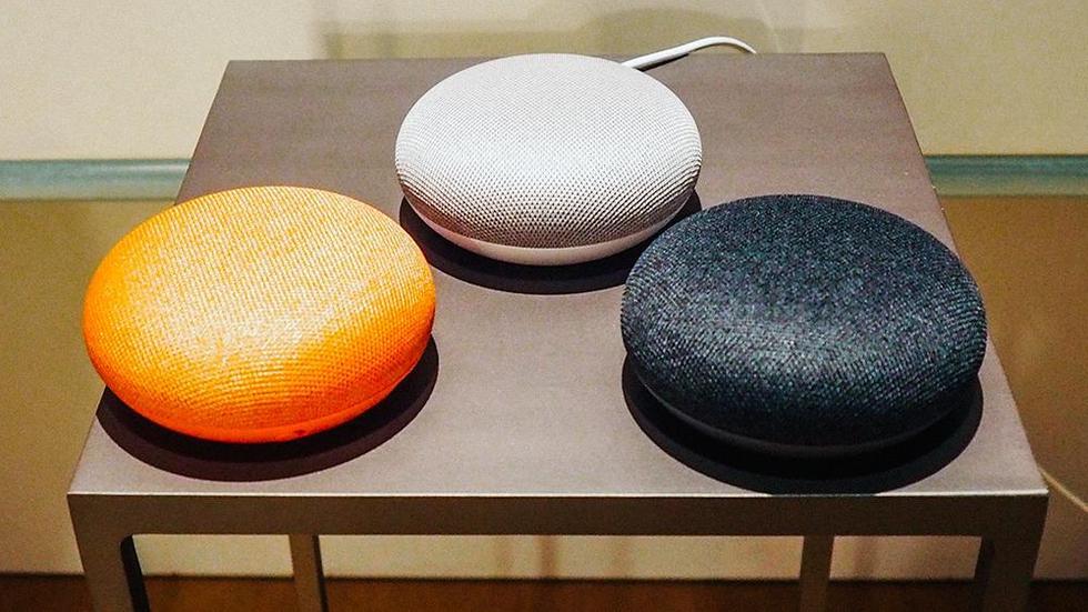 google home mini speaker in italia ecco quando arriver. Black Bedroom Furniture Sets. Home Design Ideas