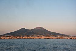Rischio eruzione Vesuvio: scosse nel cratere, cosa dicono gli esperti