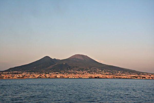 Terremoto Vesuvio alle pendici. rischio eruzione vesuvio