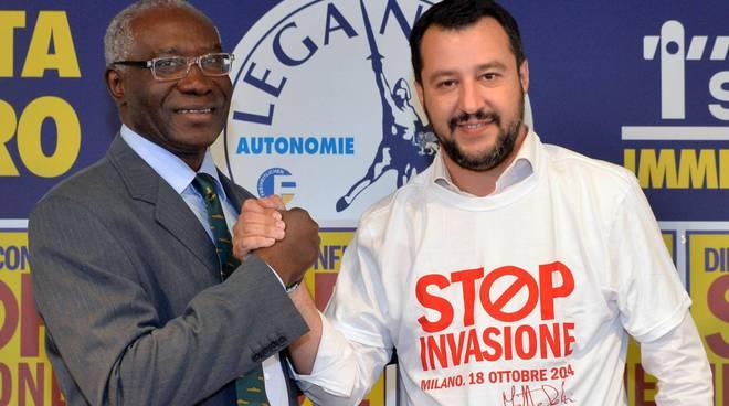 salvini stringe la mano al parlamentare Toni Iwobi della lega immigrati demonizzazione stop invasione