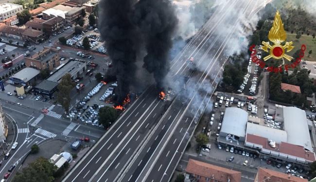Incendio Bologna oggi cause, morti e feriti. Cosa è successo vv ff