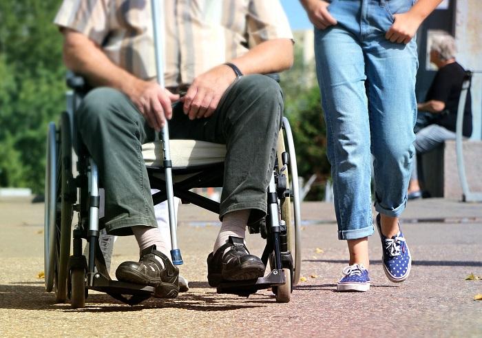 Legge 104 e assegno invalidità: novità caregiver