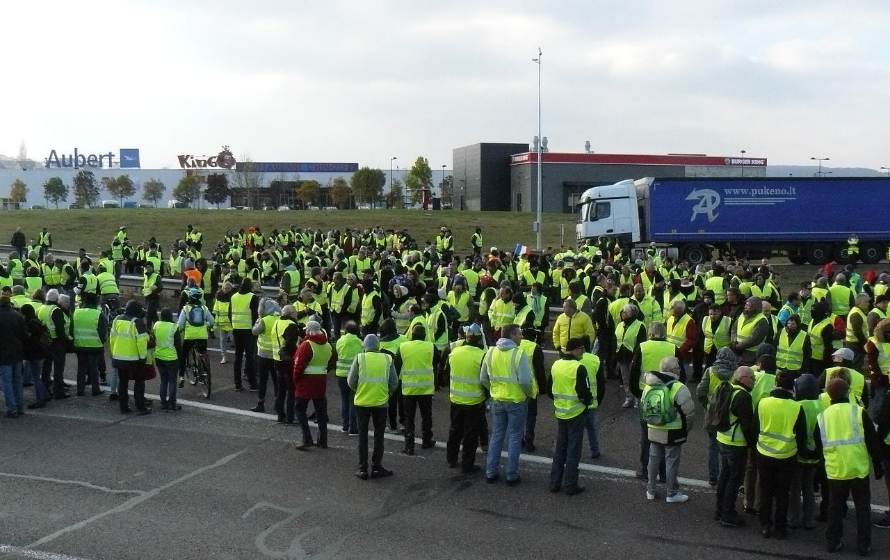 Gilet gialli, Macron: collera giusta, misure sociali già in settimana