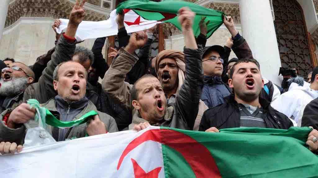 Algeria, migliaia di persone in piazza da giorni contro Bouteflika