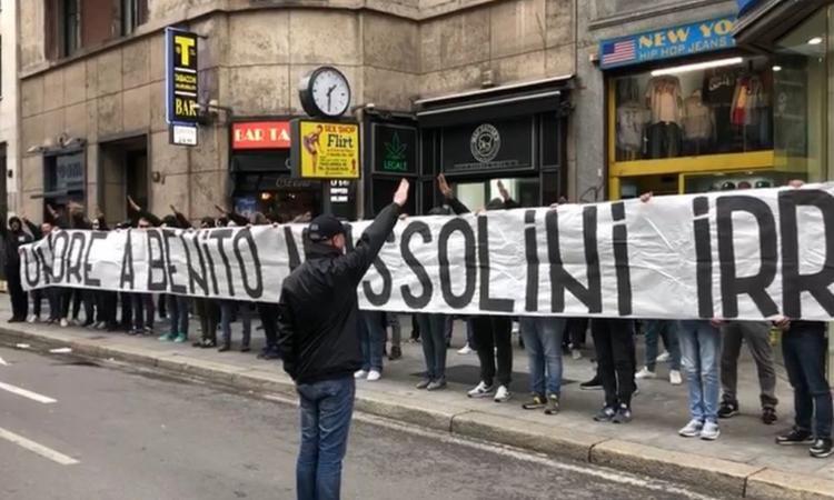 Striscione ultras Lazio a Milano per 25 aprile Onore a Benito Mussolini