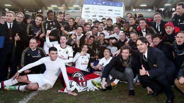 Pippo Inzaghi e la sua prima coppa da allenatore